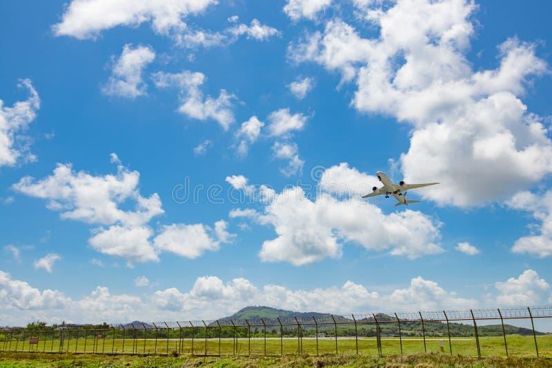La voie aérienne thaïlandaise décollent de l'aéroport international de Phuket photos libres de droits