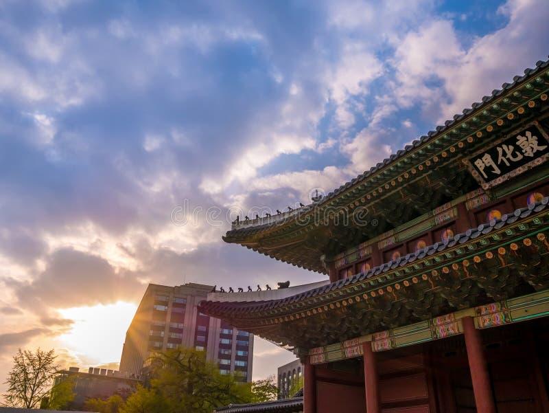 La voie de base au soleil de palais de Changdeokgung allumant le ciel bleu est une attraction touristique célèbre à Séoul, Corée  images libres de droits