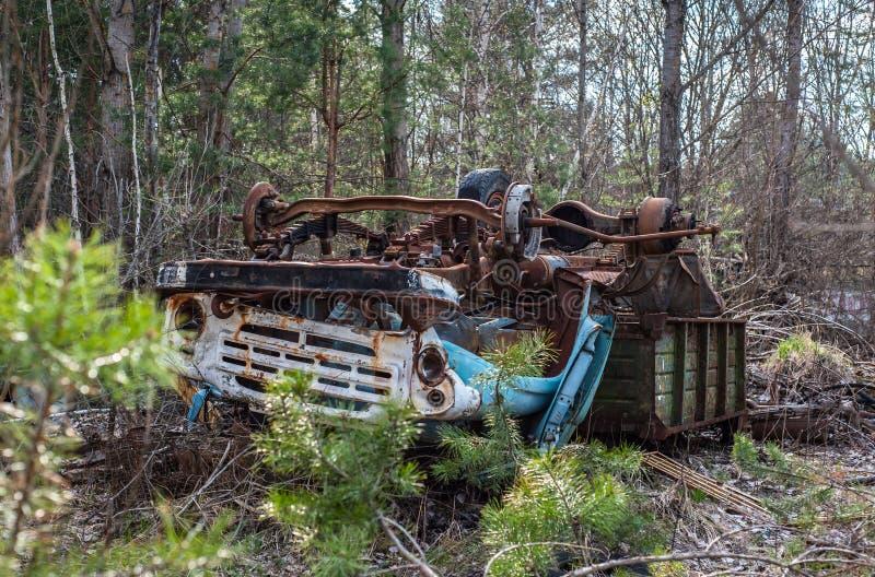 La voie rouillée abandonnée étend à l'envers dans la zone d'exclusion de Chernobyl photo libre de droits