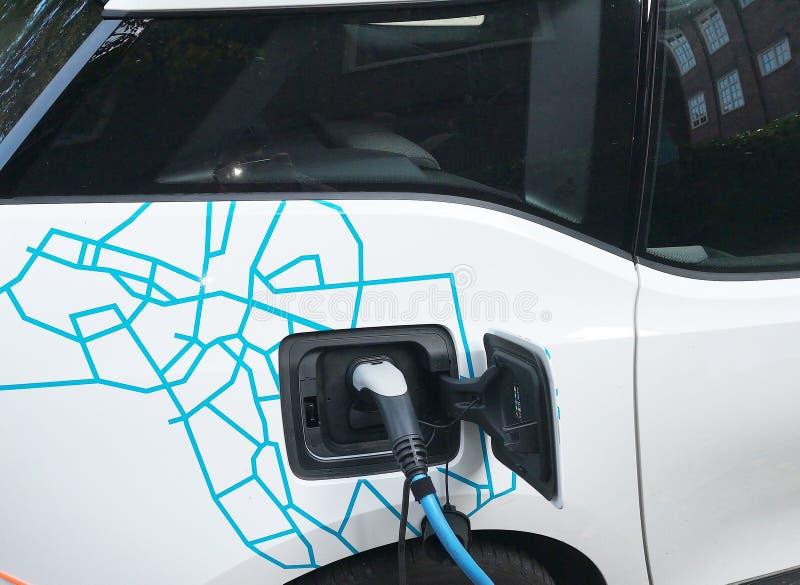 La voiture électrique est chargée de l'électricité photographie stock