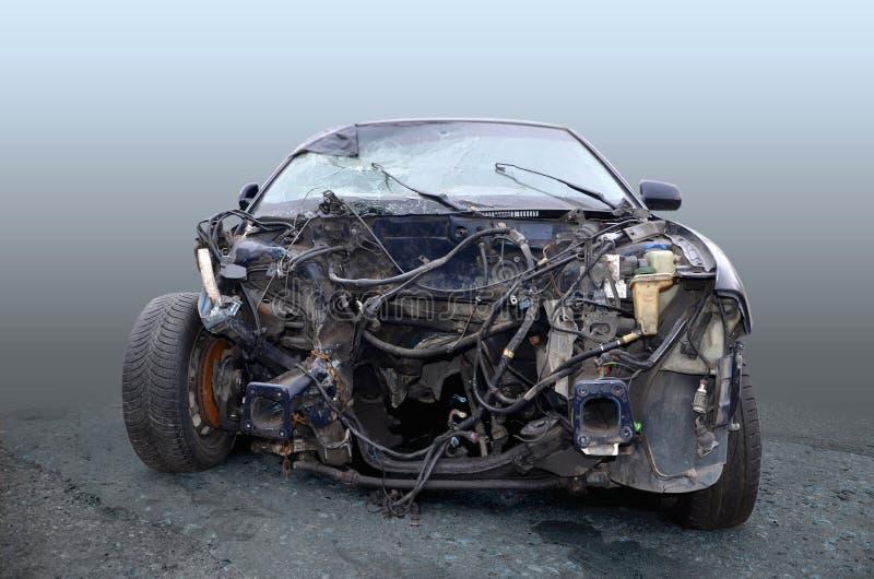 La voiture après que l'accident soit une vue de face, sans moteur photographie stock libre de droits