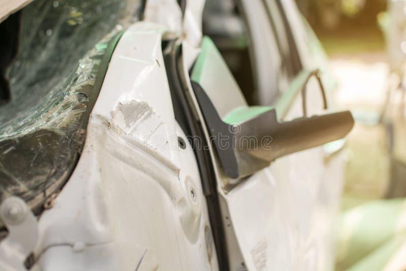 La voiture blanche a endommagé des automobiles après collision sur la route image stock