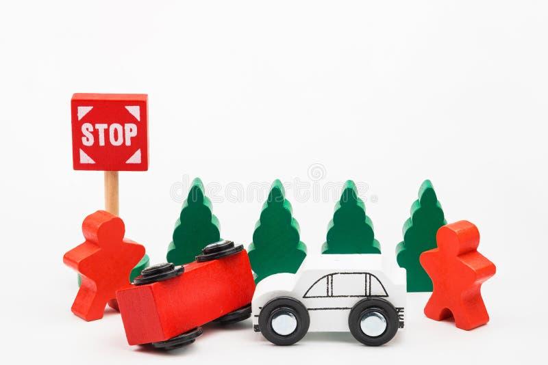 La voiture boisée de jouet sont écrasées Circulation routière d'accidents avec en bois à photo stock