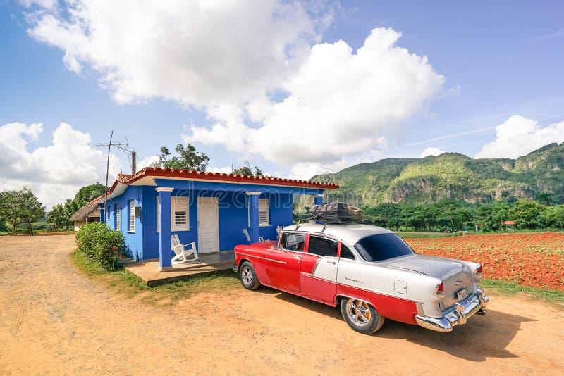 La voiture Chevrolet Bel Air de vintage s'est garée à la place d'agriculteur dans le côté de pays du Cuba images libres de droits