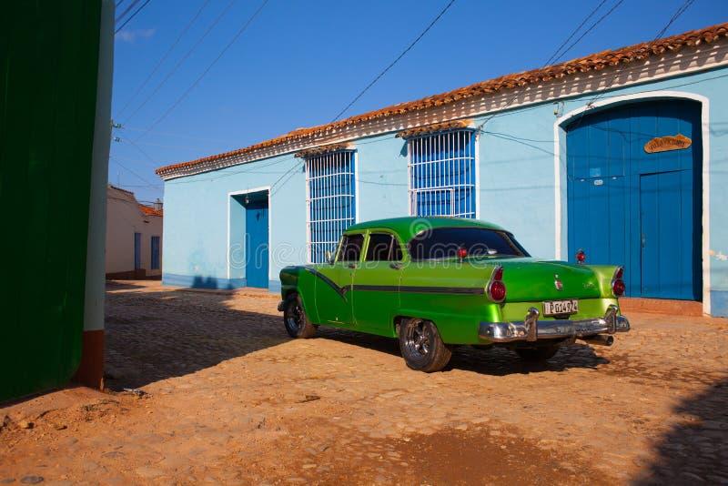 La voiture classique américaine a garé dans la vieille ville du Trinidad, CUB photo libre de droits