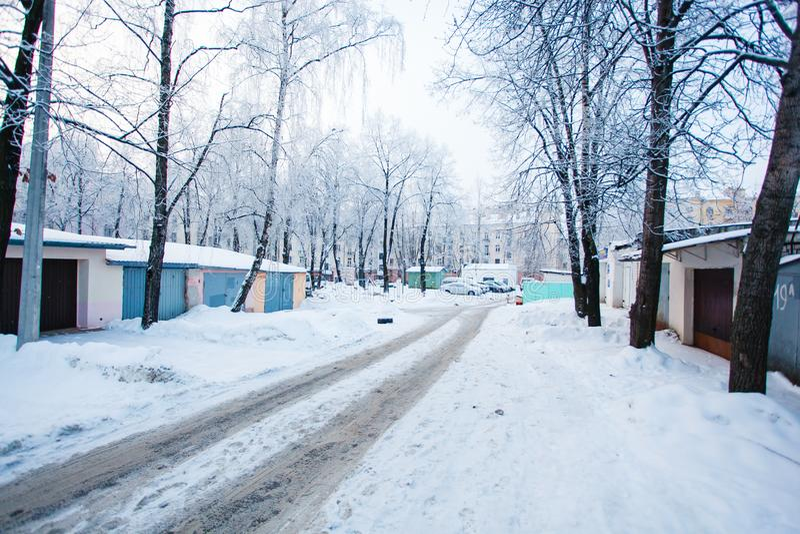 La voiture dépiste à gauche sur la route glissante neigeuse en hiver Arbres dans le hoarf photographie stock libre de droits