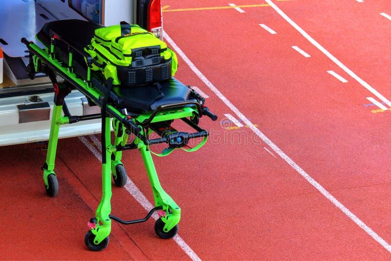 La voiture d'ambulance de secours se tiennent prêt dans le stade Le fourgon intérieur d'ambulance est service médical et équipeme photo stock