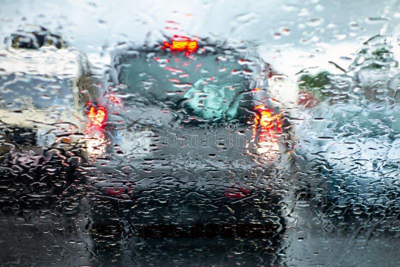La voiture dans une vitesse d'inversion freinant et prêtant l'attention en se garant pour empêcher un accident par mauvais temps  images stock