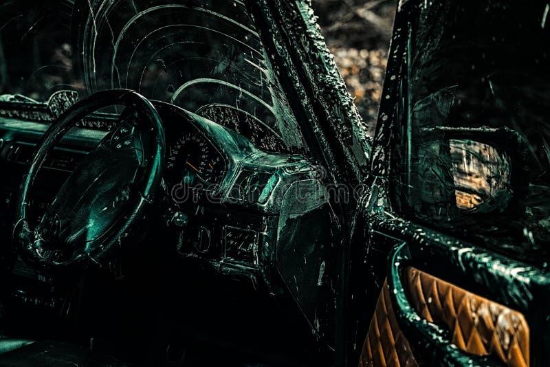 La voiture de course d'entrave br?le le caoutchouc Mudding off-roading par un secteur de boue ou d'argile humide extr?me V?hicule photos libres de droits