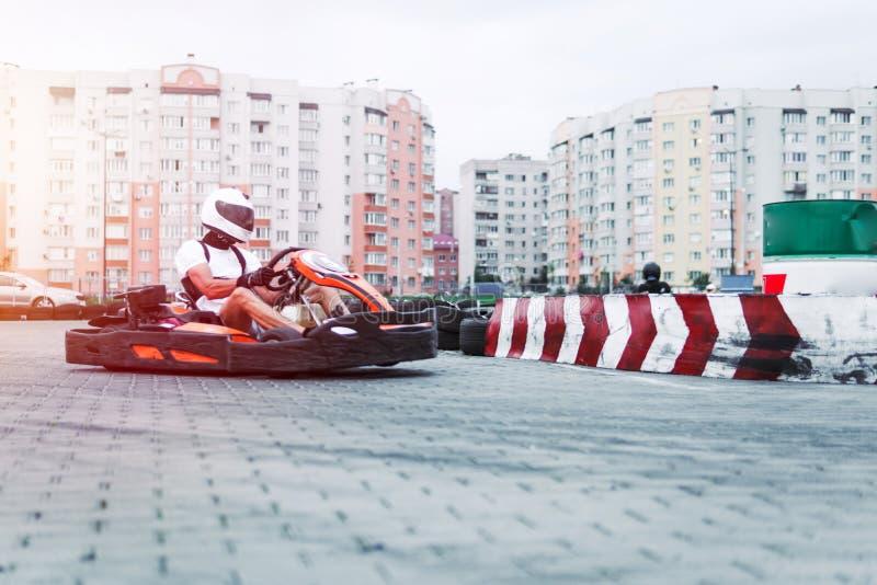 La voiture de course sur la voie dans l'action, championnat, sports actifs, amusement extrême, le conducteur garde ses mains sur  photo stock