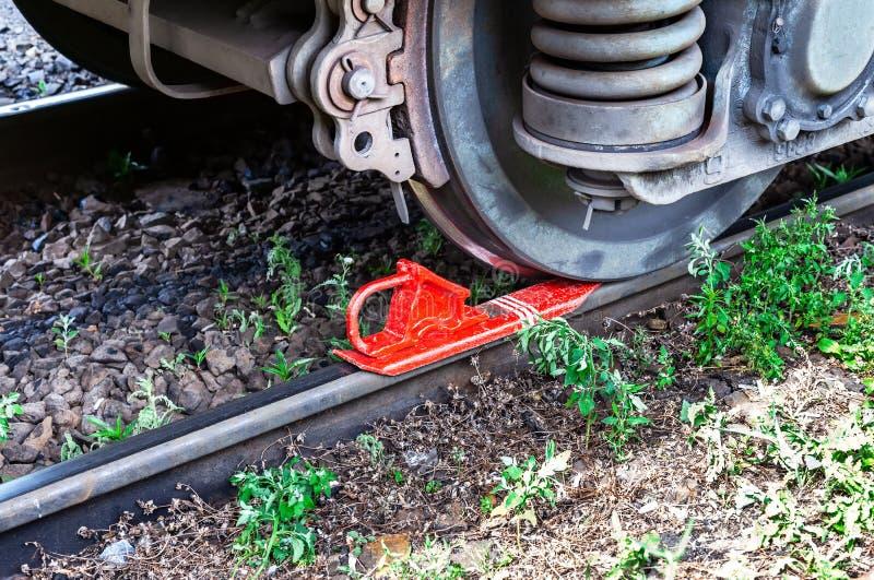 La voiture de fret est fixée avec le patin de frein rouge photo libre de droits
