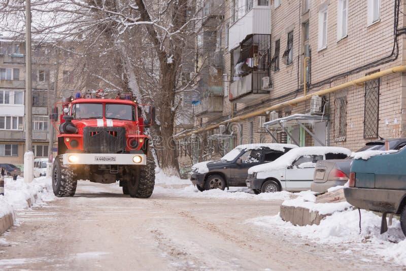 La voiture de pompiers monte dans la cour des immeubles photographie stock libre de droits