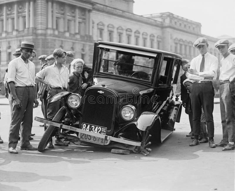 La voiture de vintage a détruit la photo de gamme de gris photo libre de droits