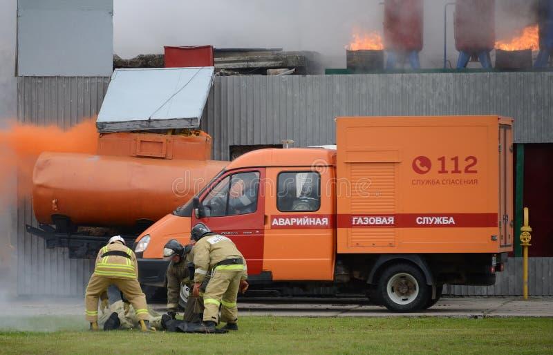 La voiture du service des urgences de gaz pour s'éteindre un feu à la gamme du centre de délivrance de Noginsk du ministère d'Eme photographie stock libre de droits