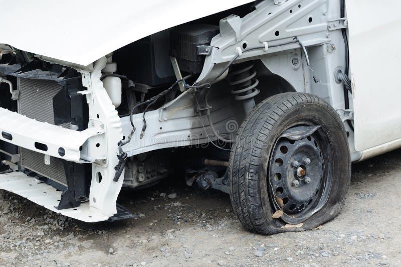 La voiture a endommagé de l'accident attendant à la difficulté au garage image stock
