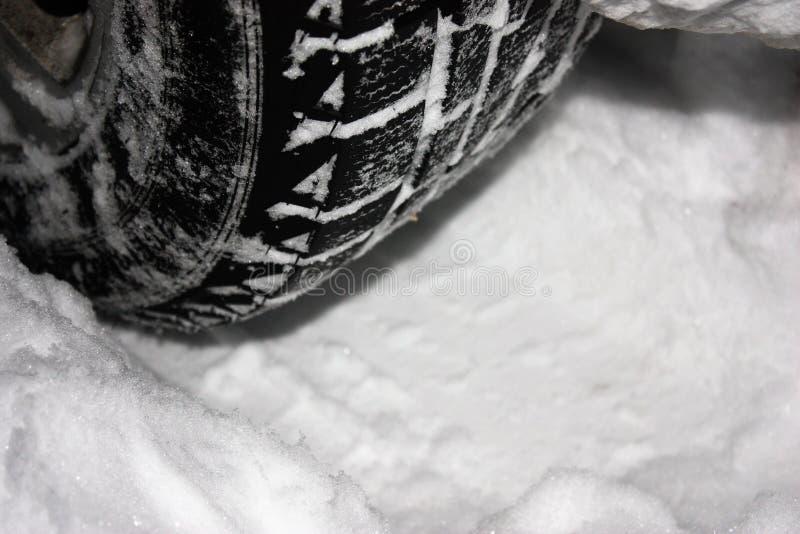 La voiture est sur une route couverte de neige d'hiver Le ¡ de Ð perdent des pneus d'hiver image stock
