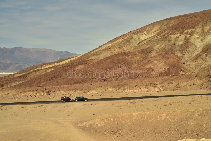 La voiture et le campeur dans le vaste ` s d'artiste de paysage de désert conduisent la route Death Valley photographie stock libre de droits