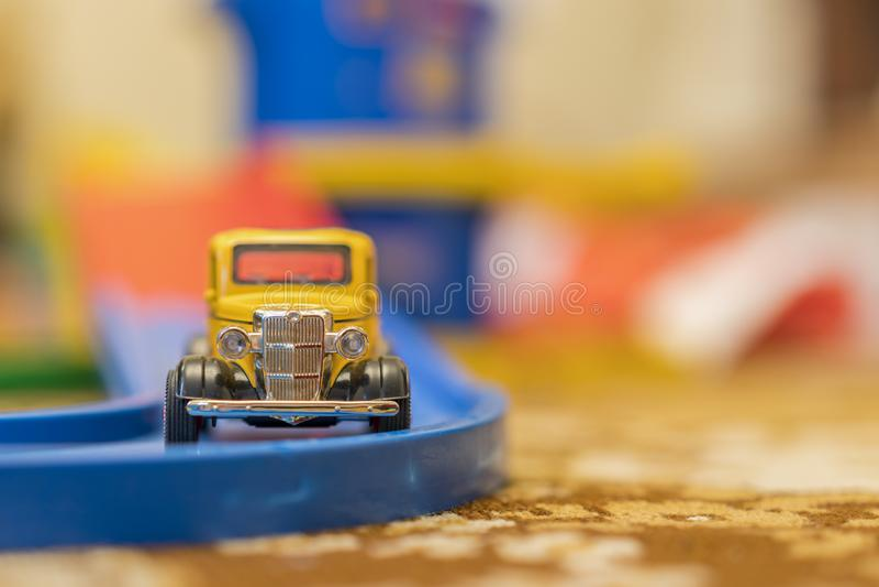 La voiture jaune des enfants sur une route d'enfants photo libre de droits