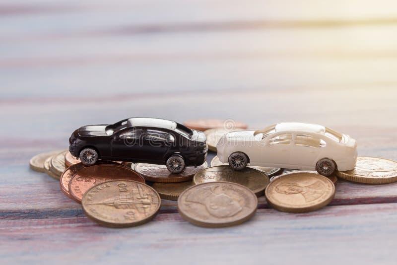 La voiture miniature automobile miniature s'est brisée la voiture dans une ville et la pièce de monnaie avec image libre de droits