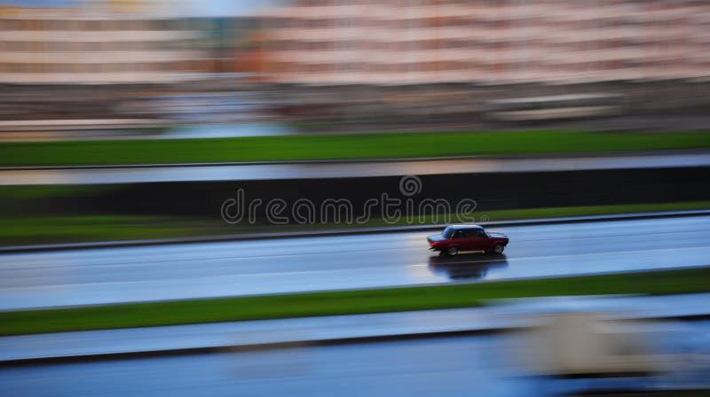 La voiture se précipite autour de la ville photo stock