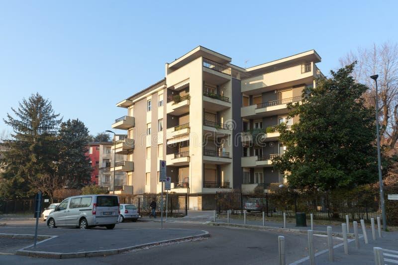 La voiture se trouve au tournant devant une maison dans une zone résidentielle de San Siro, à Milan, pendant le début de la matin image libre de droits
