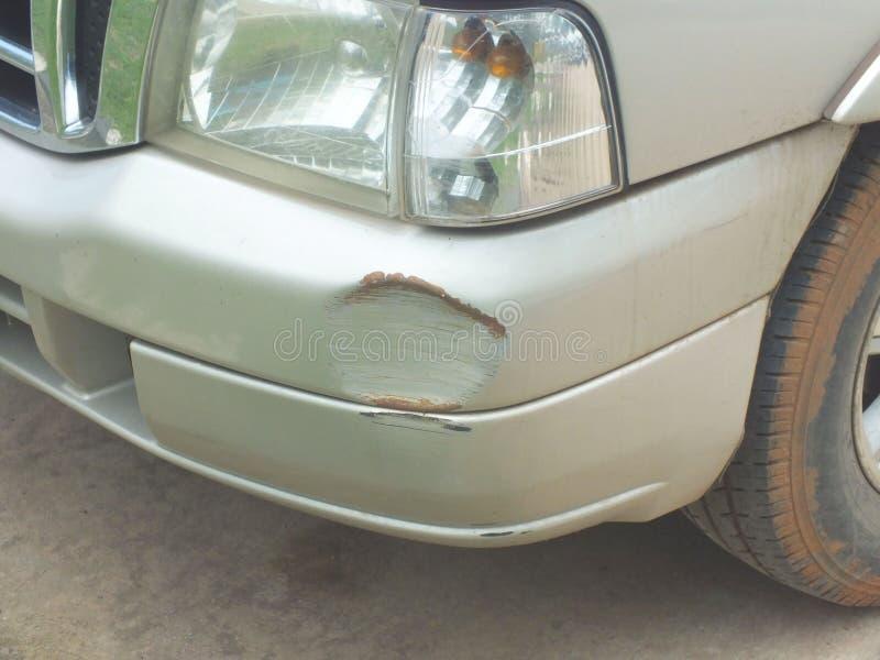La voiture a ?t? heurt?e par un accident en raison des abrasions ou de s'effondrer Devrait ?tre r?par? images stock