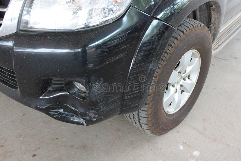 La voiture a ?t? heurt?e par un accident en raison des abrasions ou de s'effondrer Devrait ?tre r?par? image stock