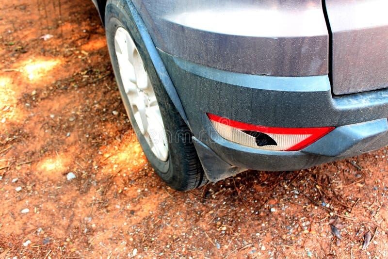 La voiture a ?t? heurt?e par un accident en raison des abrasions ou de s'effondrer Devrait ?tre r?par? photographie stock libre de droits