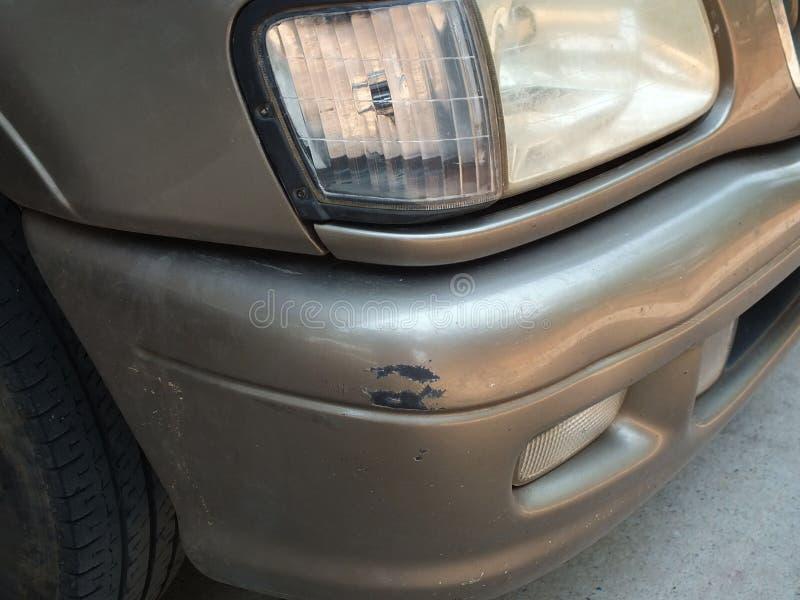 La voiture a ?t? heurt?e par un accident en raison des abrasions ou de s'effondrer Devrait ?tre r?par? photo libre de droits