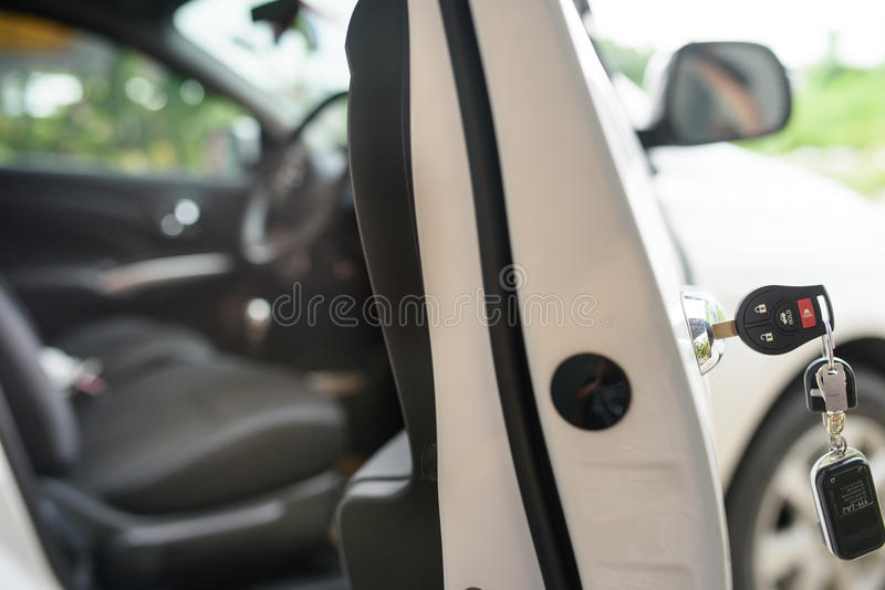 La voiture verrouille à gauche dans une serrure image stock