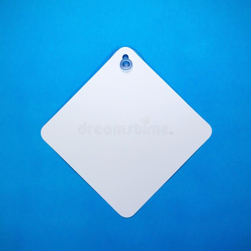 La voiture vide se connectent le fond de papier bleu E Peut mettre le texte, l'image, et le logo photos stock