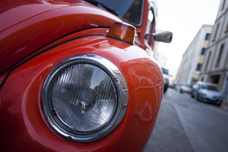 La Volkswagen Maggiolino arancio fotografie stock libere da diritti