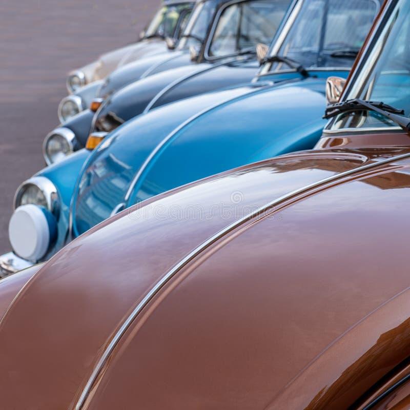La Volkswagen Maggiolino classica in una fila fotografia stock
