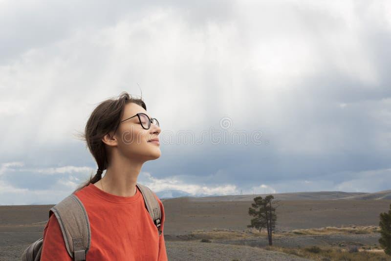 La voyageuse de femme apprécie la nature Belle vue du ciel Sun par les nuages images libres de droits