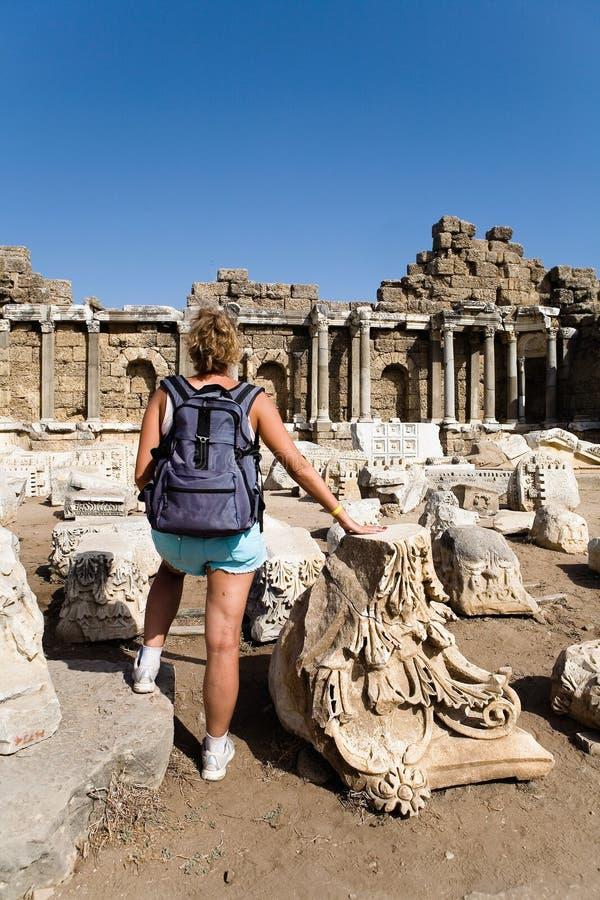 La voyageuse de fille admire les ruines de la ville antique photo libre de droits