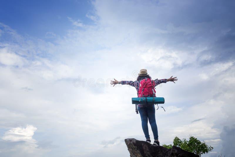 La voyageuse de fille de hippie montre le geste indépendant et apprécie photographie stock