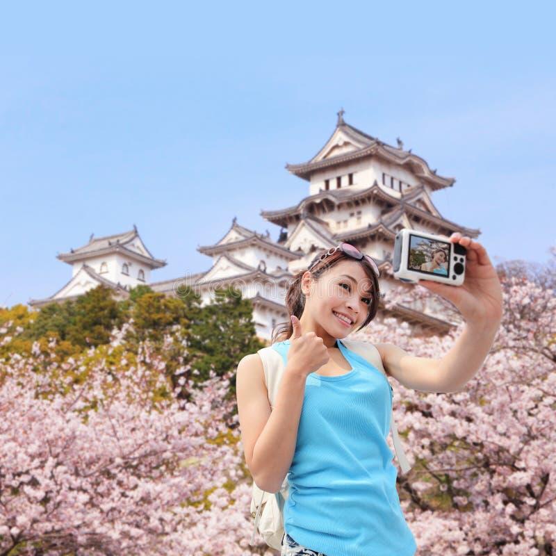 La voyageuse heureuse de femme prennent une photo photos stock
