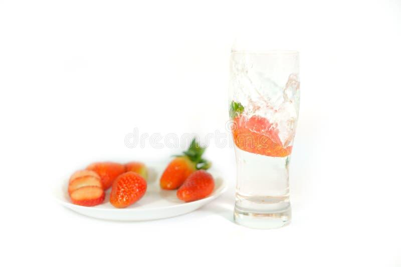 La vraie fraise saute dans un verre photographie stock