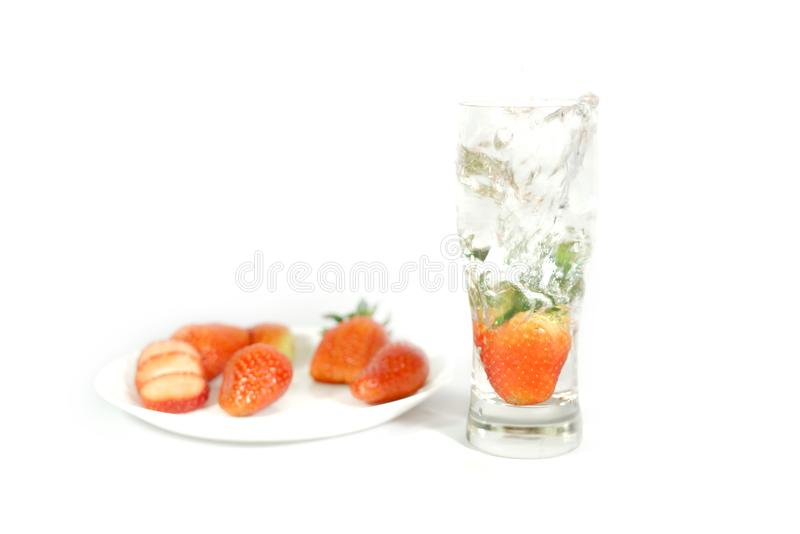 La vraie fraise saute dans un verre photo stock