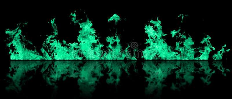 La vraie ligne du feu flambe avec la réflexion d'isolement sur le fond noir Maquette sur le noir du mur du feu photographie stock libre de droits