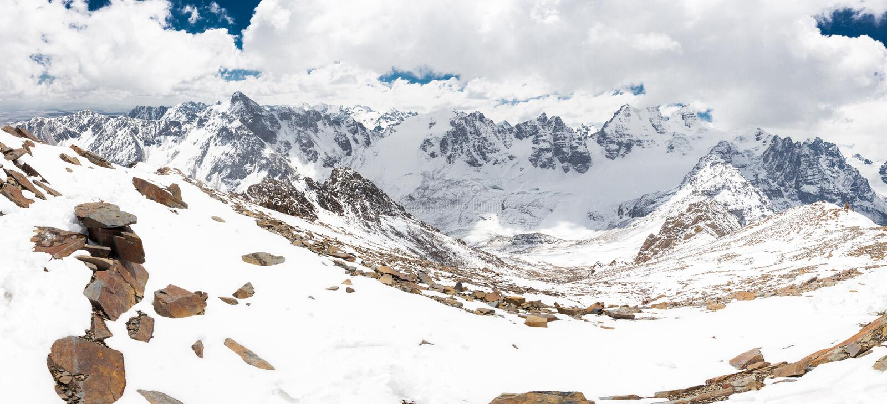 La vraie neige de gamme de montagnes de Cordillère fait une pointe le panorama de paysage, déplacement de la Bolivie photographie stock