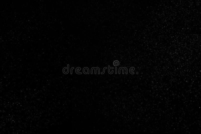 La vraie poussi?re abstraite flottant au-dessus du fond noir image stock