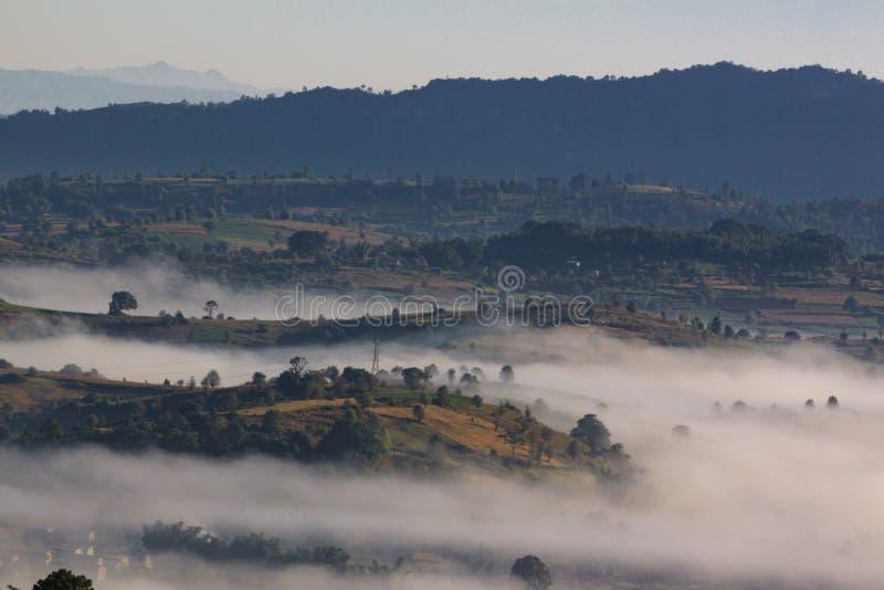 La vue à couper le souffle des collines colorées de rolllings des montagnes de Kalaw à l'aube image libre de droits