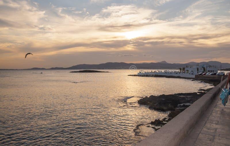 La vue à la baie de Palma et le Puro échouent de Cala Estancia aux WI de coucher du soleil photographie stock