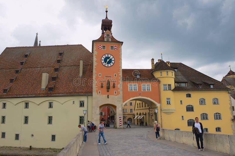 La vue à la rue et le vieux pont en pierre dominent à Ratisbonne, Allemagne image libre de droits