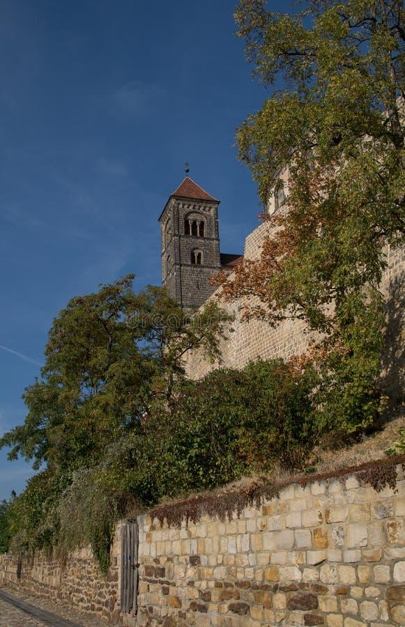 La vue à la tour de l'église collégiale a appelé le saint Servatius photographie stock
