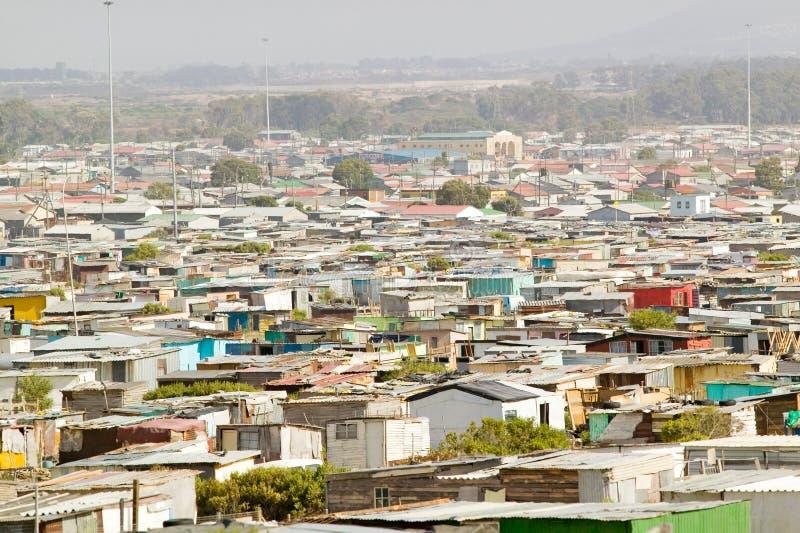 La vue élevée des villes d'hutte ou du squatter campe, également connu comme bidonvilles, à Cape Town, l'Afrique du Sud photos stock