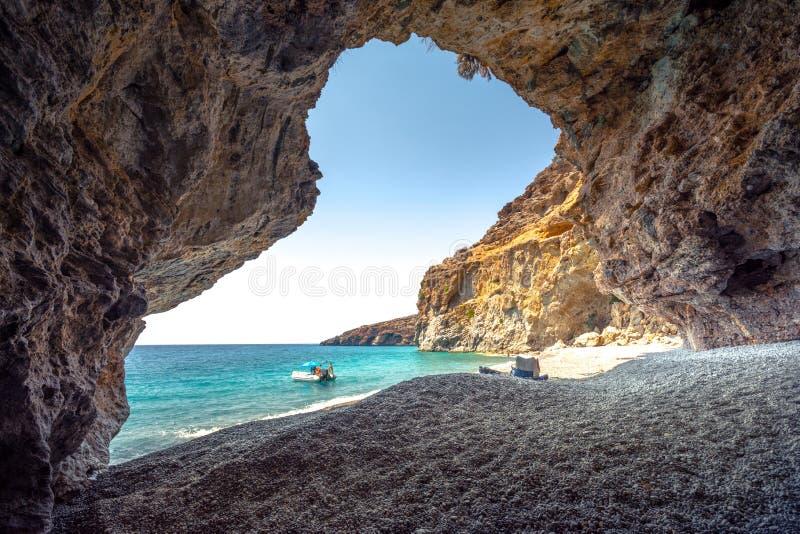 La vue étonnante d'été d'une caverne à la plage d'Iligas avec la turquoise magique arrose, Chania du sud, Crète photographie stock libre de droits