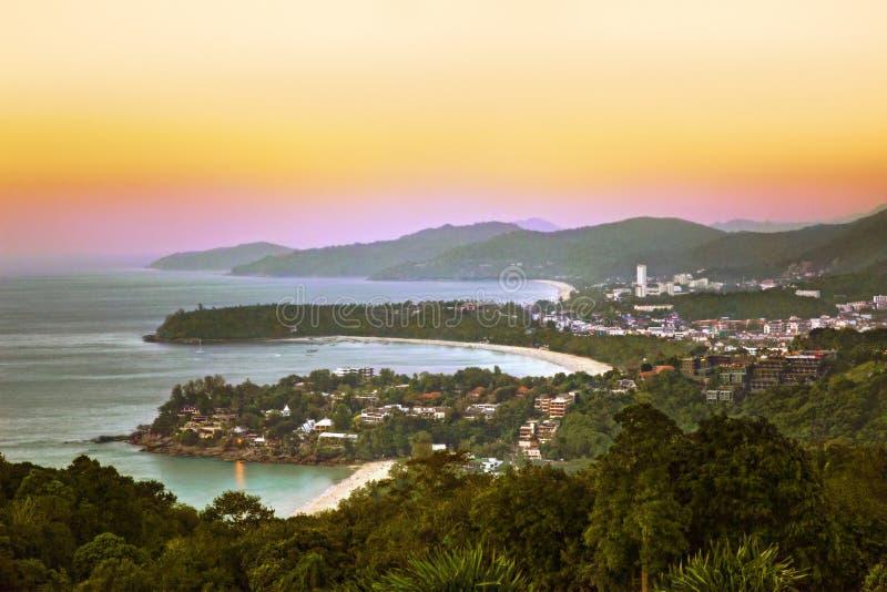 La vue aérienne à Kata, le Karon et le Patong échouent au coucher du soleil, P image libre de droits