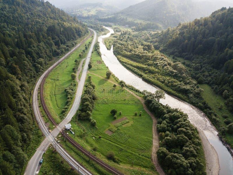 La vue aérienne à la route avec des moutains a capturé d'en haut photographie stock